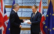 英国のEU常駐代表からメイ首相が署名した書簡を受け取るトゥスク議長(右)